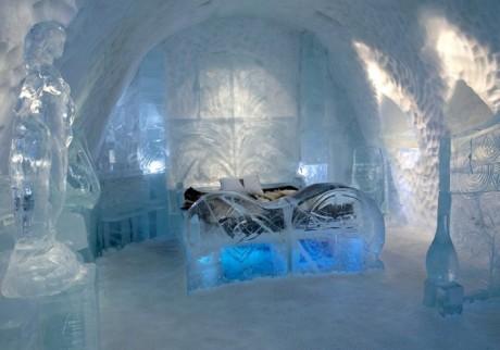 Номер для молодоженов в отеле из льда
