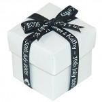 Можно объединить и свадебное пригласительное и маленький подарок-приманку для гостей