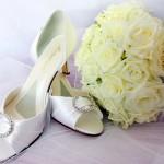 Ножки невесты, обутые в белые классические босоножки на шпильке - что может быть более романтичней?