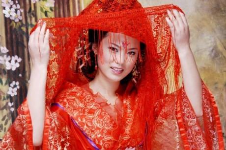 Брак в Китае: невеста одевает красное платье