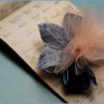 Пришей фатиновый цветок посередине между перышками и листочками. Заготовку из цветка и банта пришей на гребень. Вот и все! Свадебное украшение готово!