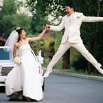 Те, кто говорят, что для жениха свадьба - траур, поэтому он в черном, одеваются в белое