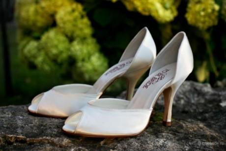 Атласные свадебные туфли невесты