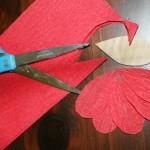 Вырежь из креповой бумаги 5 каплеобразных лепестков.