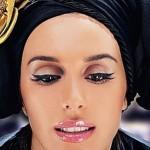 Бронзовые оттенки и матовый тон, черные стрелки и четкие темные брови - свадебный макияж в стиле украинской звезды