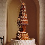 Лучший свадебный подарок на Новый год - сладкий большой торт в виде новогодней елочки с подарками