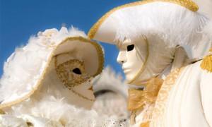 Жених и невеста в венецианских карнавальных масках