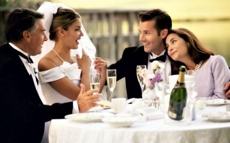 За свадебным столом родители и молодожены