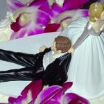 Фигурки для торта в виде жениха и невесты - это классика, но что, если немного поиграться с ними?