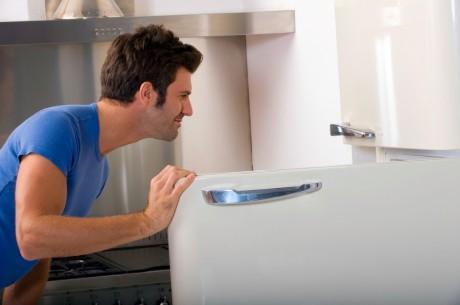 Мужчина смотрит в холодильник