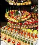 Разнообразие закусок, их красочное и оригинальное оформление одним только видом разогреет гостей на свадьбе