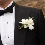 Аккуратный белый цветок в петлице пиджака - что может быть строже и изящнее
