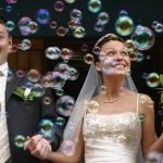 Жених, невеста и мыльные пузыри
