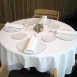 Под белую скатерть на четыре угла стола кладут чеснок и немного зерна