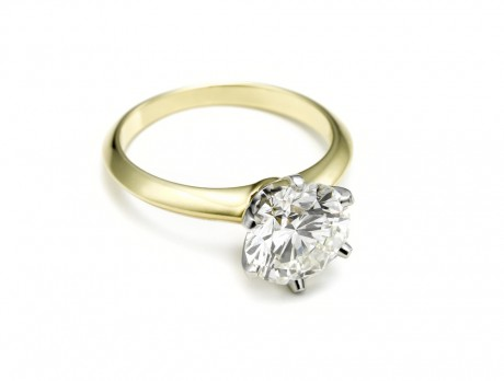 Универсальным считается кольцо с бриллиантом