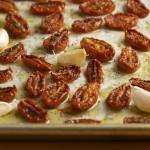 Не забудь полить противень оливковым маслом и посыпать помидоры солью.