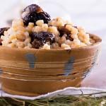Кутья традиционно готовится из пшеницы, сухофруктов, мака и меда. С этого блюда начинается рождественское застолье