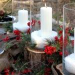 Свечи в стеклянных подсвечниках, украшены калиной и еловыми веточками.