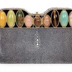 Нарядность аксессуарам гостьи на свадьбе придадут разноцветные камни