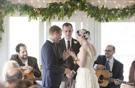 Свадебная гирлянда из цветов, листьев и лампочек