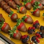 Пусть гости макают фрукты в шоколад