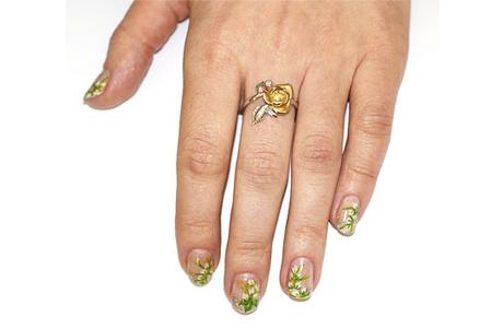 Небольшое кольцо на среднем пальце