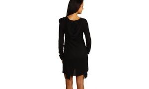 Короткое черное платье с рукавом