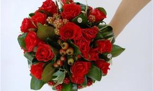 Цветочно-ягодный букет невесты