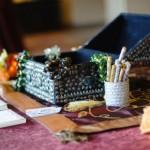 Вместо традиционной гостевой книги, некоторые молодожены выбирают гостевой сундучок для пожеланий