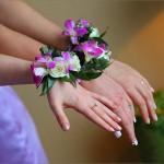Для нескольких подружек невесты можно подобрать одинаковые браслеты из живых цветов