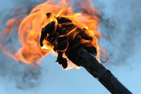 Родственники держали перед собой зажженные факелы
