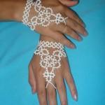 Украсить руки невесты можно и браслетом из кружева