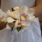 Браслет для невесты на традиционную свадьбу лучше всего сделать из живых цветов