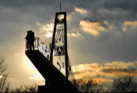 Мост для влюбленных возле Донбасс-Арены (Донецк)