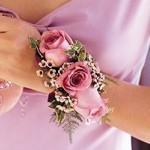 Самые нежные цветы для браслетов для свидетельницы - розовые розы