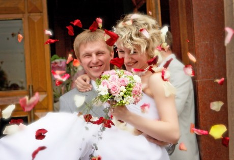 Розовые лепестки на свадьбе для осыпания молодоженов