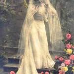 Невеста даже у алтаря остается милой и веселой кокеткой