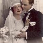 Невеста как бы стесняется поцелуев  любимого, но и оттолкнуть его не в силах