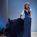 Ярко-синее платье со шлейфом