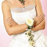 Свадебный браслет для невесты традиционно может быть из живых цветов