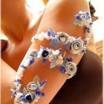 Браслет из цветов на предплечье невесты