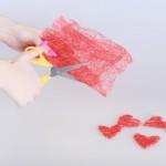 А вот красный сизаль лучше оставить как можно более плотным, ведь из него необходимо вырезать сердечки (или другие фигурки по вкусу)