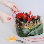 Декорировать свадебное сердце можно цветами, ягодами, петельками из красной проовлоки и т.д.