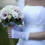 Прекрасно акцентируют внимание на тонкой кисти невесты