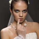Подчеркнут утонченный образ аристократической невесты