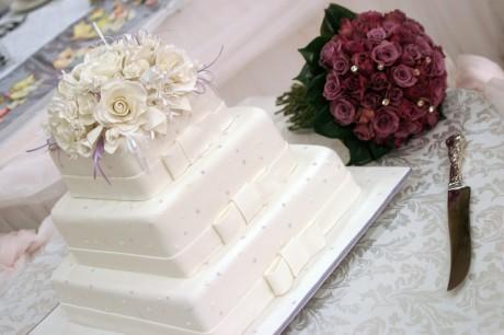 Свадебный торт и цветы