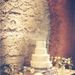Оригинальное решение - белоснежный свадебный торт в четыре яруса.
