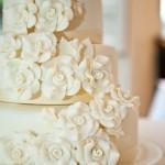 Розы - самое лучшее украшение для десерта.