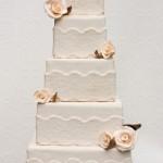 Можно украсить каждый ярус свадебного торта цветами.