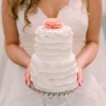 Укрась свой свадебный торт необычной верхушкой в виде роскошного цветка.